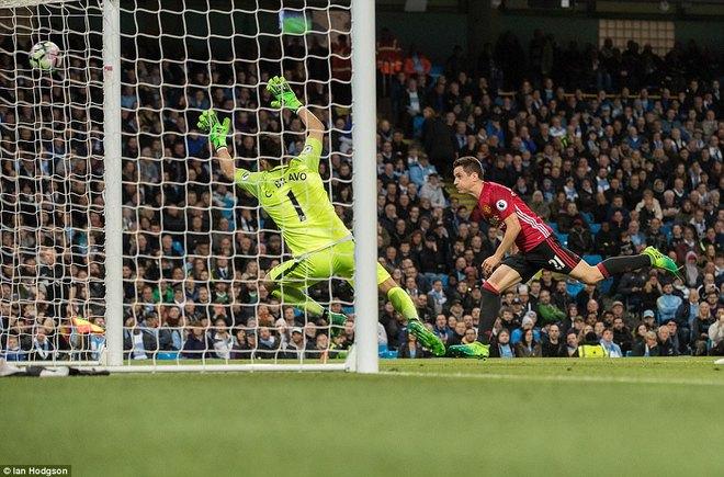 """""""Sống sót"""" sau derby Manchester, Quỷ đỏ thở phào nhẹ nhõm - Ảnh 10"""