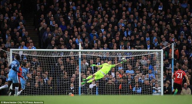 """""""Sống sót"""" sau derby Manchester, Quỷ đỏ thở phào nhẹ nhõm - Ảnh 12"""