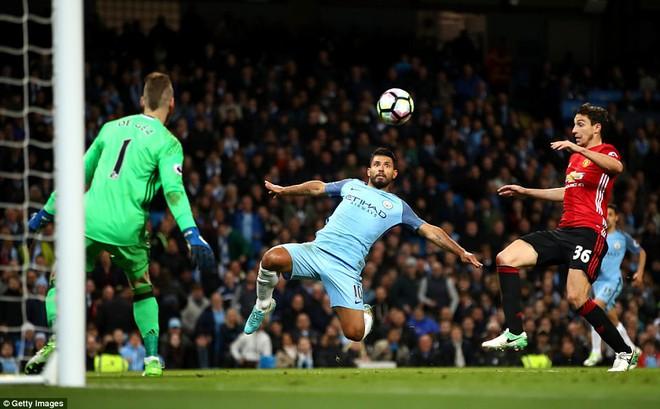 """""""Sống sót"""" sau derby Manchester, Quỷ đỏ thở phào nhẹ nhõm - Ảnh 31"""