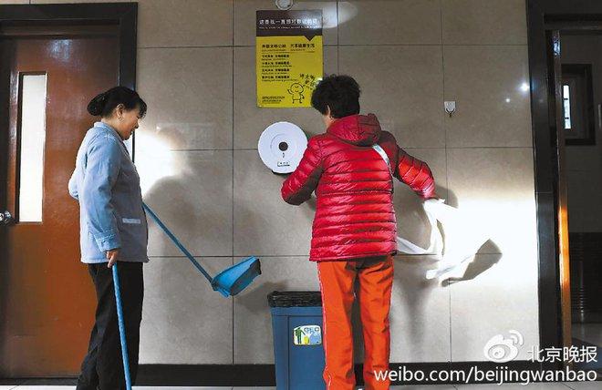 Trung Quốc: Ngay giữa thủ đô Bắc Kinh, đến giấy vệ sinh cũng bị biển thủ - Ảnh 2.
