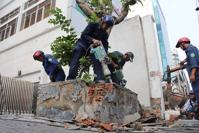 Quận 1 đập bỏ bồn cây, bức tường gần tòa nhà Bộ Công Thương - Ảnh 3.