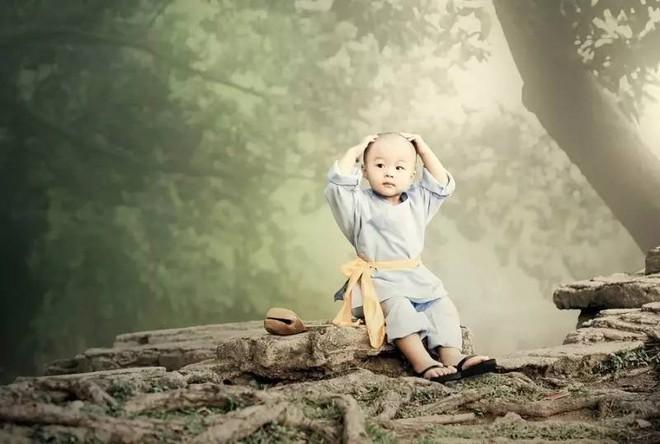 Mang đá đi bán, một lời dặn của sư thầy giúp tiểu hòa thượng có được thứ quý giá nhất đời - Ảnh 1.