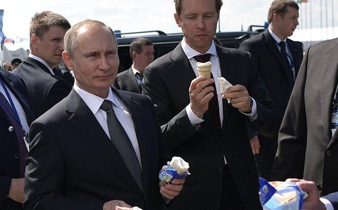 24h qua ảnh: Tổng thống Putin ăn kem giải nhiệt tại triển lãm vũ khí