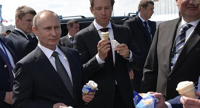 24h qua ảnh: Tổng thống Putin ăn kem giải nhiệt tại triển lãm vũ khí - Ảnh 3.