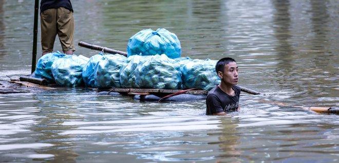 Quốc lộ 6 chìm trong biển nước, đóng bè mảng để đưa dân qua - Ảnh 8.