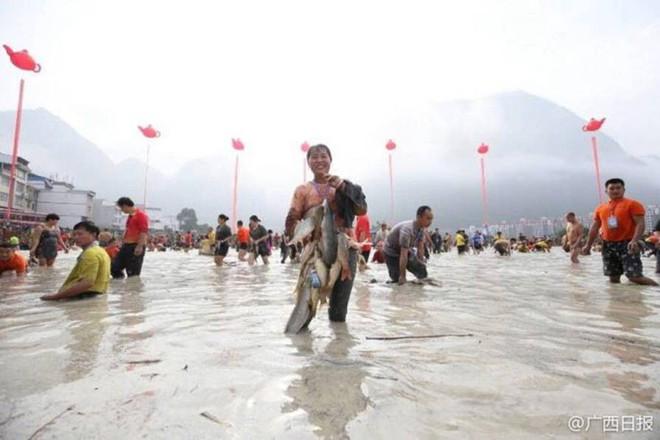 600 người quần thảo dưới đầm lầy, săn bắt, giành giật hơn 3000 con cá  - Ảnh 3.