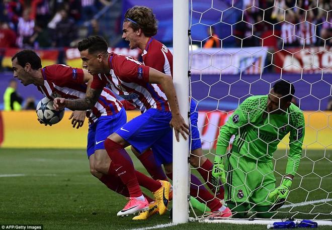 Vicente Calderon gầm vang trong ngày Real Madrid toát mồ hôi lạnh - Ảnh 11