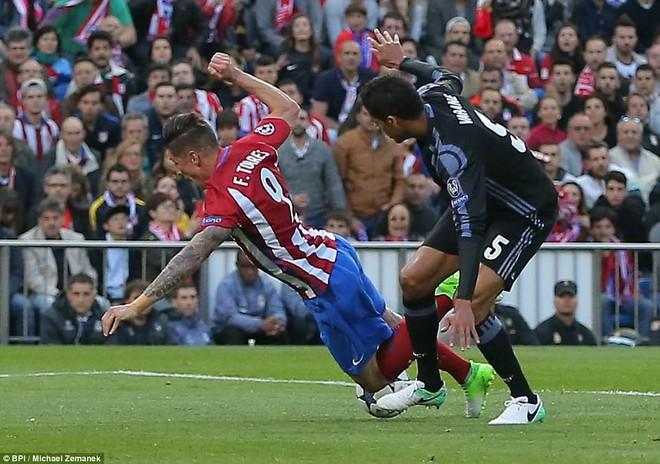 Vicente Calderon gầm vang trong ngày Real Madrid toát mồ hôi lạnh - Ảnh 13