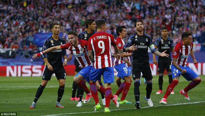Vicente Calderon gầm vang trong ngày Real Madrid toát mồ hôi lạnh - Ảnh 17
