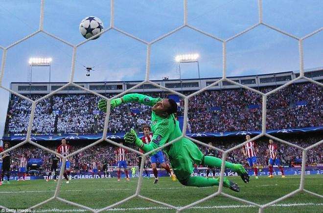 Vicente Calderon gầm vang trong ngày Real Madrid toát mồ hôi lạnh - Ảnh 24