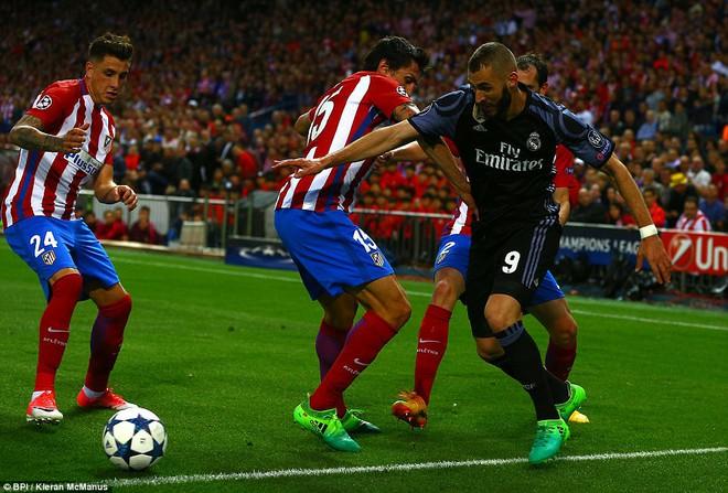 Vicente Calderon gầm vang trong ngày Real Madrid toát mồ hôi lạnh - Ảnh 25