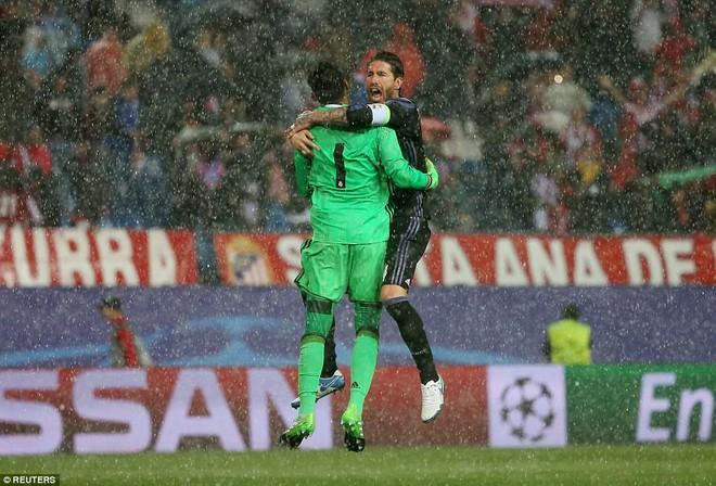 Vicente Calderon gầm vang trong ngày Real Madrid toát mồ hôi lạnh - Ảnh 31