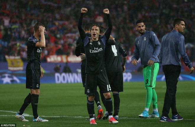 Vicente Calderon gầm vang trong ngày Real Madrid toát mồ hôi lạnh - Ảnh 33