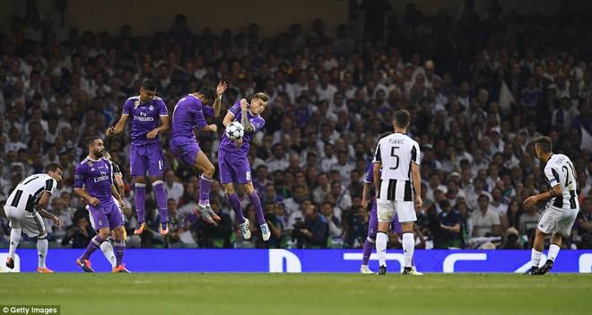 Nằm xuống Juventus, để chứng kiến Ronaldo vĩ đại lên ngôi! 27