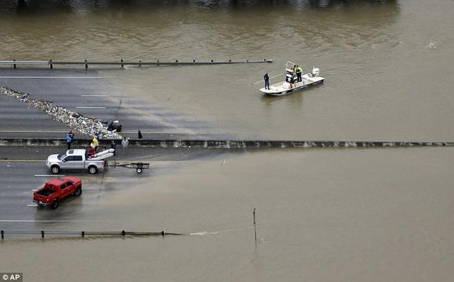 [Ảnh] Bão Harvey biến đường cao tốc Houston thành biển nước, sóng đánh dập dìu