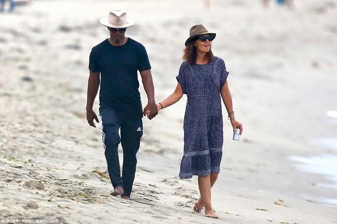 Thoát khỏi hợp đồng kỳ quặc hiệu lực 5 năm, vợ cũ Tom Cruise công khai bạn trai mới  - Ảnh 2.