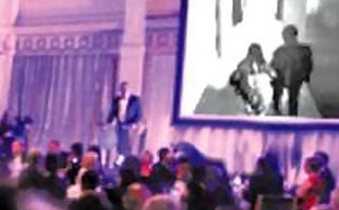 Tức giận vì bị phản bội, chú rể chiếu video ngoại tình của cô dâu ngay tại lễ cưới