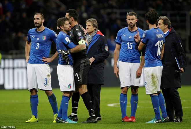 Italia mất vé dự World Cup 2018: Buffon khóc trong đau đớn, De Rossi điên tiết mắng HLV - Ảnh 10.