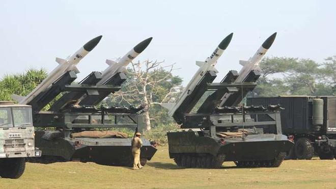 Sau BrahMos, Ấn Độ muốn bán tên lửa phòng không tối tân cho Việt Nam - Ảnh 2.
