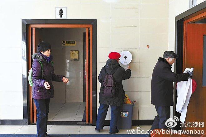 Trung Quốc: Ngay giữa thủ đô Bắc Kinh, đến giấy vệ sinh cũng bị biển thủ - Ảnh 5.