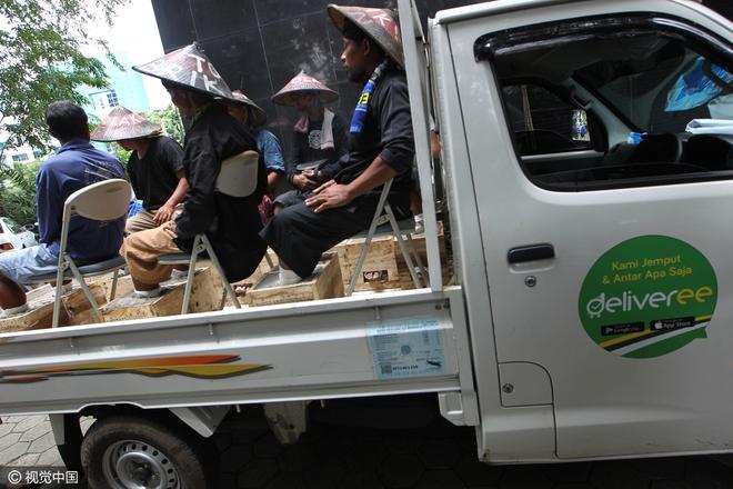 Đằng sau hình ảnh nông dân Indonesia đồng loạt chôn chặt chân trong xi măng - Ảnh 5.