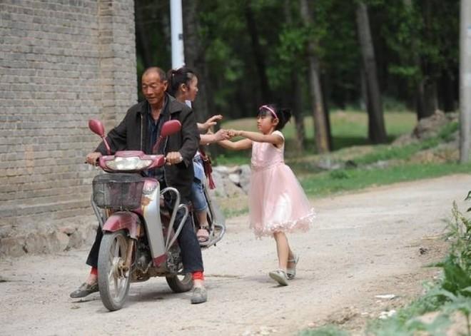Tết thiếu nhi 1/6: Không muốn xa mẹ, bé gái chạy theo xe 2km sau cuộc đoàn tụ chớp nhoáng 1