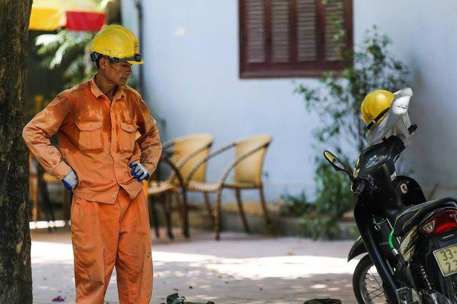 Người Hà Nội mặc bìa carton, hai tay hai ô giữa ngày nắng nóng lịch sử 13