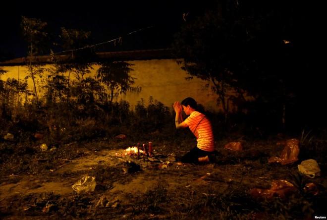 24h qua ảnh: Mẹ thắp hương giữa bãi đất hoang, cầu khấn cho con đỗ đại học ở Trung Quốc - Ảnh 3.