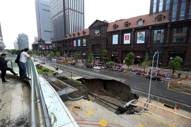 24h qua ảnh: Hố tử thần khổng lồ trên đường phố Trung Quốc - Ảnh 6
