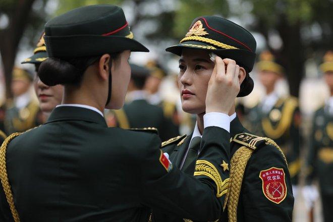 24h qua ảnh: Tổng thống Putin ăn kem giải nhiệt tại triển lãm vũ khí - Ảnh 2.