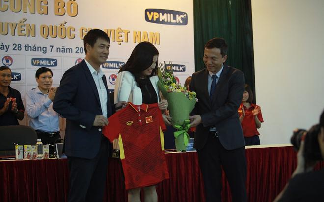 Lần đầu bầu Đức mang về HĐ lớn cho bóng đá Việt Nam và còn thêm cả một… mỹ nhân!