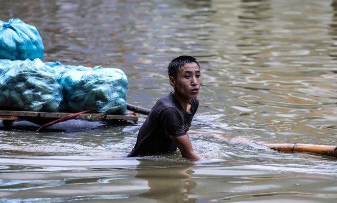 Quốc lộ 6 chìm trong biển nước, đóng bè mảng để đưa dân qua - Ảnh 9.