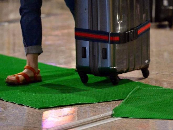 Bão số 12: Sân bay Đà Nẵng mưa to, gió lớn, hành khách co ro vì lạnh - Ảnh 5.