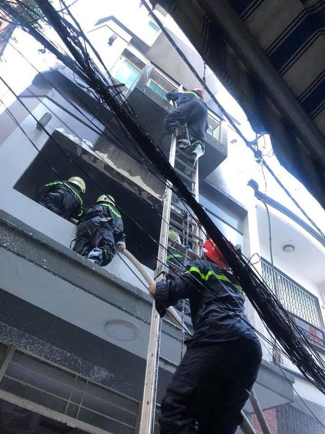 Giải cứu người phụ nữ nước ngoài kẹt trong căn nhà bốc cháy ở Phố Tây - Ảnh 1.