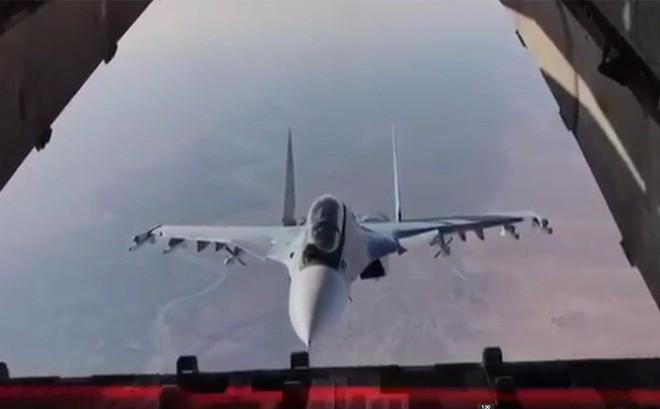 """Tiêm kích Su-30SM suýt """"chui tọt"""" vào vận tải cơIl-76: Chỉ là ghé thăm tí thôi!"""