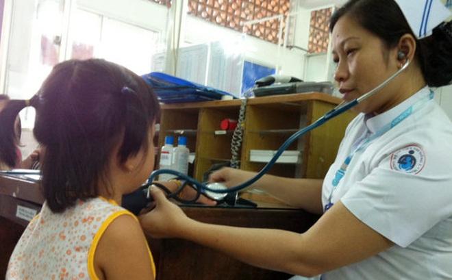 BV Nhi ngày nào cũng phải khám dậy thì sớm, có trẻ mới 2 tuổi: Tiêm hormone có hại không?