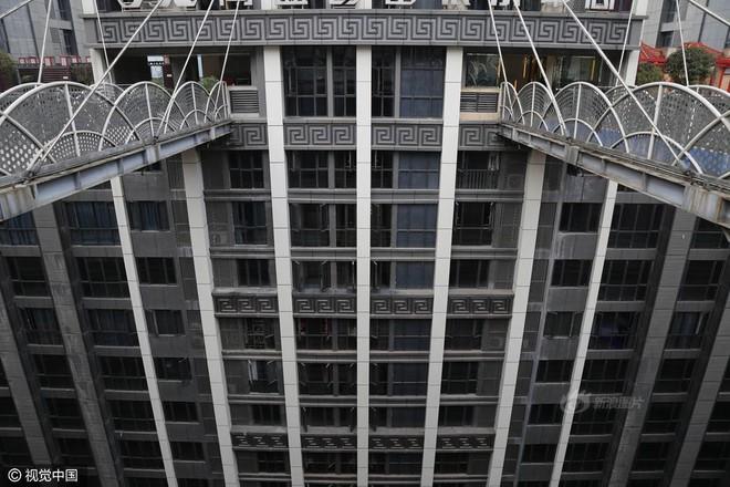 Xây cầu vượt cao gần 70m, nối hai tòa nhà để người dân... đi lại cho tiện - Ảnh 3.