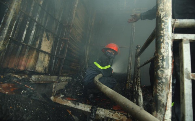 3 căn nhà trên phố Minh Khai cháy dữ dội, nối hàng trăm mét dây để dẫn nước