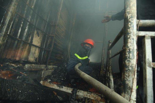 3 căn nhà trên phố Minh Khai cháy dữ dội, nối hàng trăm mét dây để dẫn nước - Ảnh 5.