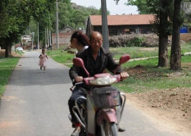 Tết thiếu nhi 1/6: Không muốn xa mẹ, bé gái chạy theo xe 2km sau cuộc đoàn tụ chớp nhoáng 2