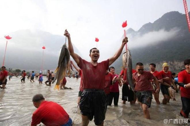 600 người quần thảo dưới đầm lầy, săn bắt, giành giật hơn 3000 con cá  - Ảnh 5.