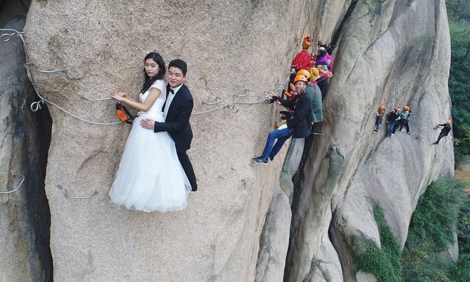 24h qua ảnh: Cặp đôi mạo hiểm chụp ảnh cưới trên vách núi dựng đứng - Ảnh 5.