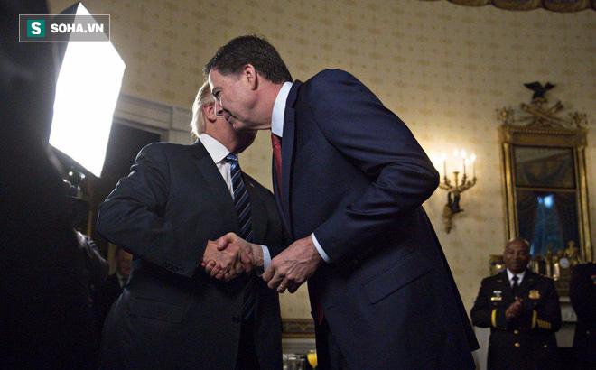 Vì sao cựu giám đốc FBI không thích được Tổng thống Trump ôm để cảm ơn?