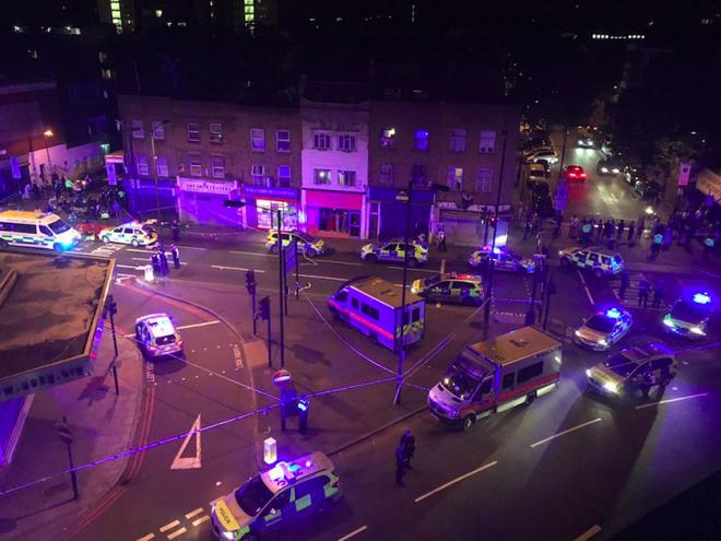 Vụ xe tải đâm vào đám đông ở London: Kẻ tấn công la hét giết hết người Hồi giáo - ảnh 2