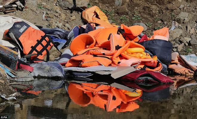 Vì những chiếc áo phao giết người, hàng trăm dân di cư chết đuối trên biển - Ảnh 3.