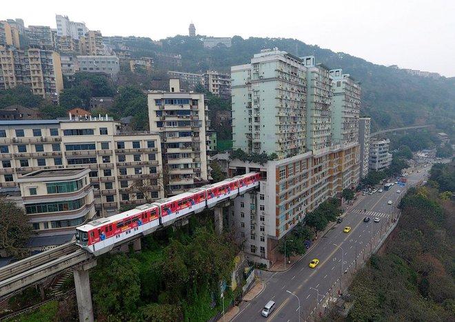 24h qua ảnh: Đường tàu điện chạy xuyên qua tòa chung cư 19 tầng - Ảnh 3.