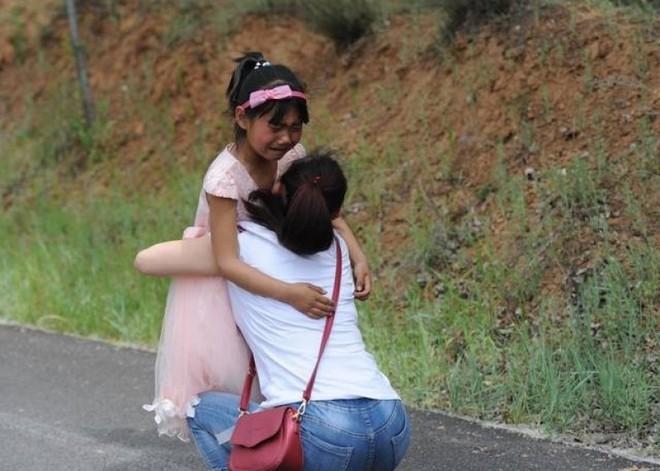 Tết thiếu nhi 1/6: Không muốn xa mẹ, bé gái chạy theo xe 2km sau cuộc đoàn tụ chớp nhoáng 6