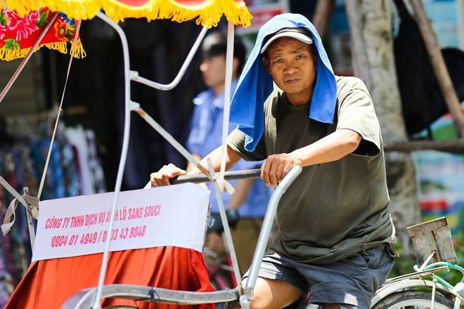 Người Hà Nội mặc bìa carton, hai tay hai ô giữa ngày nắng nóng lịch sử 15