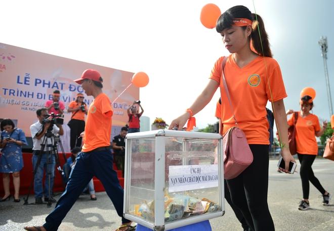 Hàng ngàn sinh viên xuống đường đi bộ vì nạn nhân da cam - Ảnh 6.