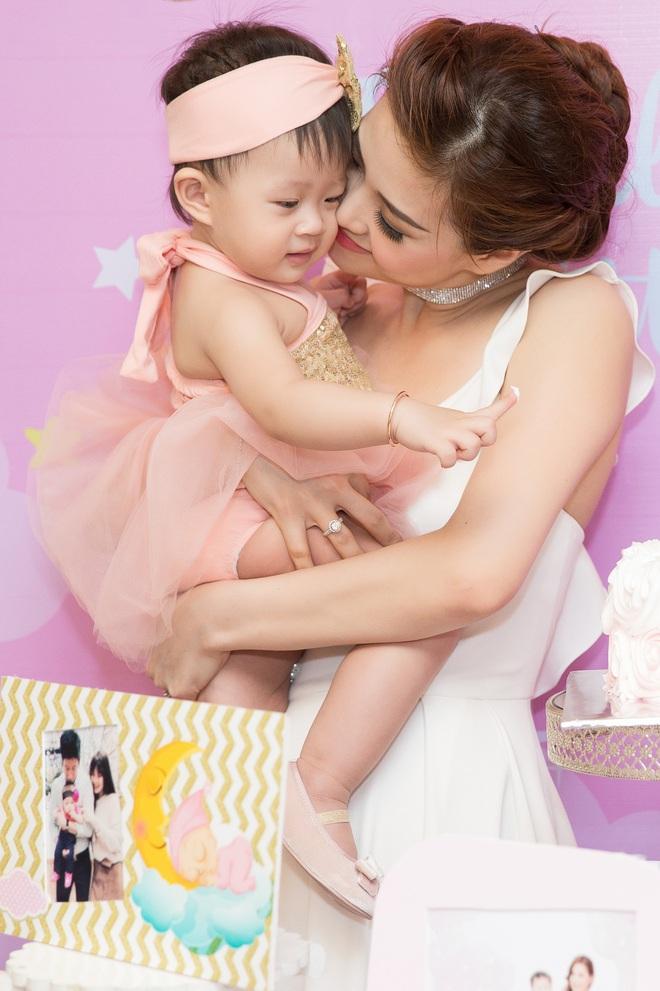 Chồng đại gia vắng mặt, Diễm Trang tự tay tổ chức sinh nhật cho con gái - Ảnh 4.